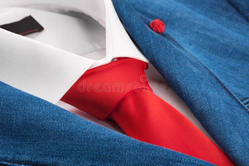 Drelichowa kurtka i czerwony krawat, mężczyzna moda fotografia stock
