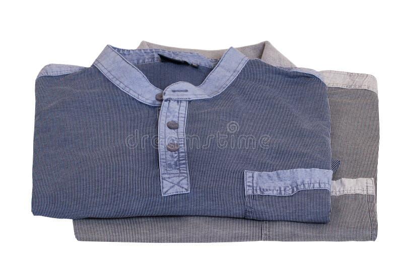 Drelichowe koszula W górę eleganckiej pasiastej niebiescy dżinsy koszula i szarej polo koszula dla mężczyzn odizolowywających na  fotografia royalty free