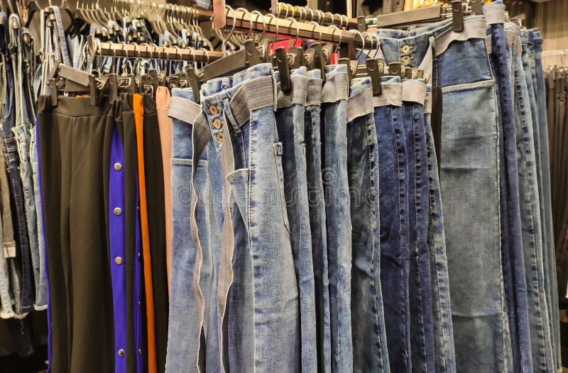 Drelichy wiesza na wieszakach w sklepie odzie?owym gotowym sprzedaj?cym fotografia royalty free