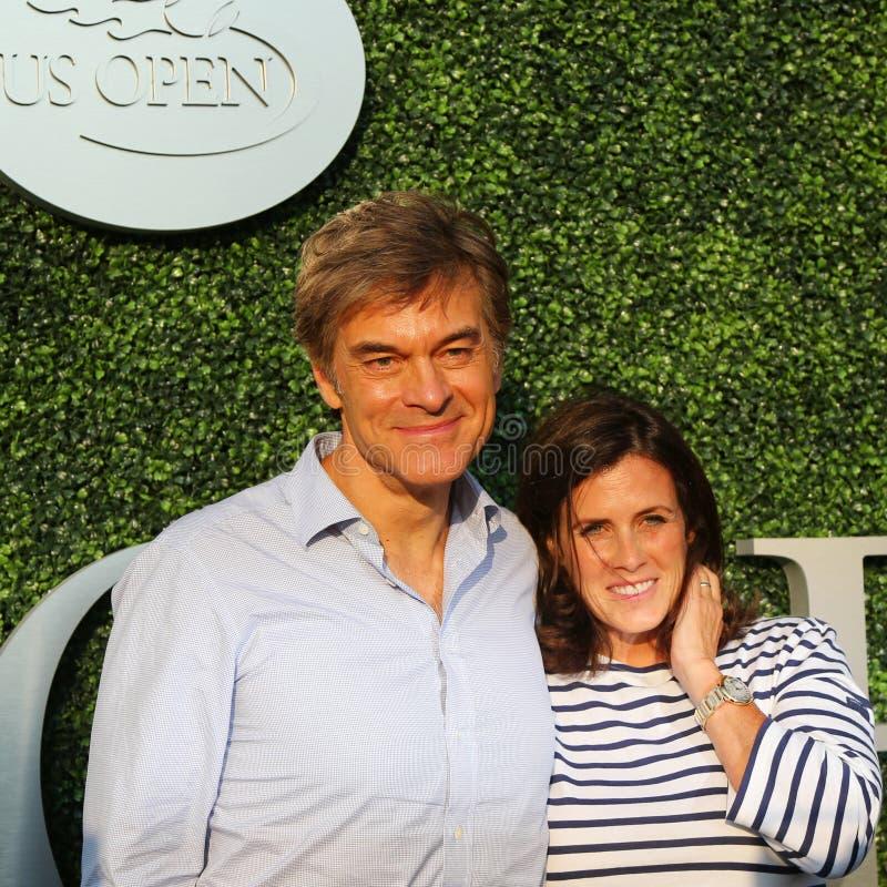 Dren Oz och hans fru Lisa Oz för Dr Mehmet Oz aka deltar i den US Opentennismatchen 2015 mellan Serena och Venus Williams royaltyfria bilder