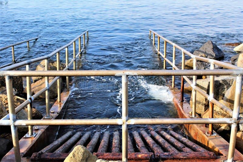 Drenagem no perto do oceano no lado do oceano de Portifino Califórnia em Redondo Beach, Califórnia, Estados Unidos fotografia de stock