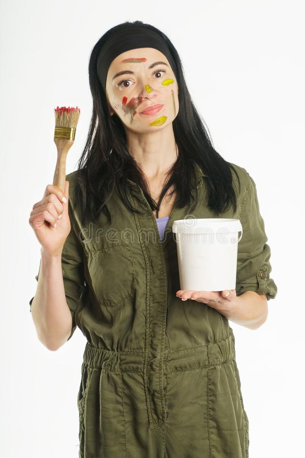 drenaje cepillo Pinte para mantener la pintura las manos de la persona en la pintura foto de archivo