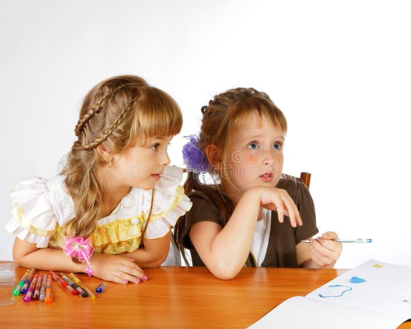 Drenaje de dos muchachas con los marcadores fotografía de archivo libre de regalías