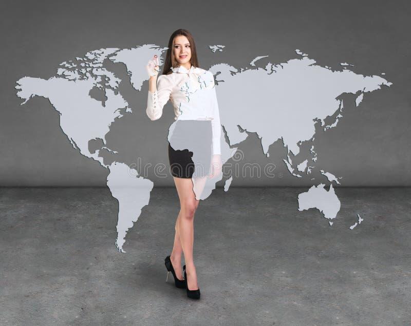 Drenaje de la mujer de negocios un mapa en la pared ilustración del vector