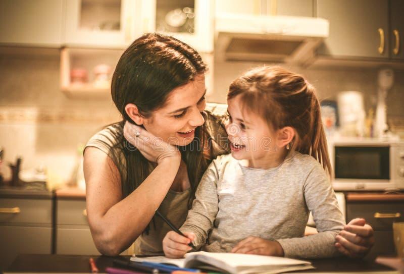 Drenaje de la niña en revestimiento de las madres Cierre para arriba fotografía de archivo libre de regalías