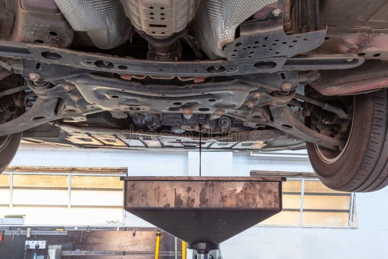 Drenaje del aceite de motor usado foto de archivo libre de regalías