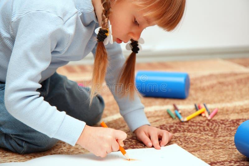 Drenaje del niño con los creyones coloridos imágenes de archivo libres de regalías