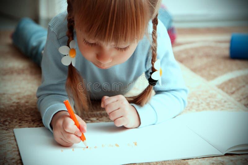 Drenaje del niño con los creyones coloridos foto de archivo