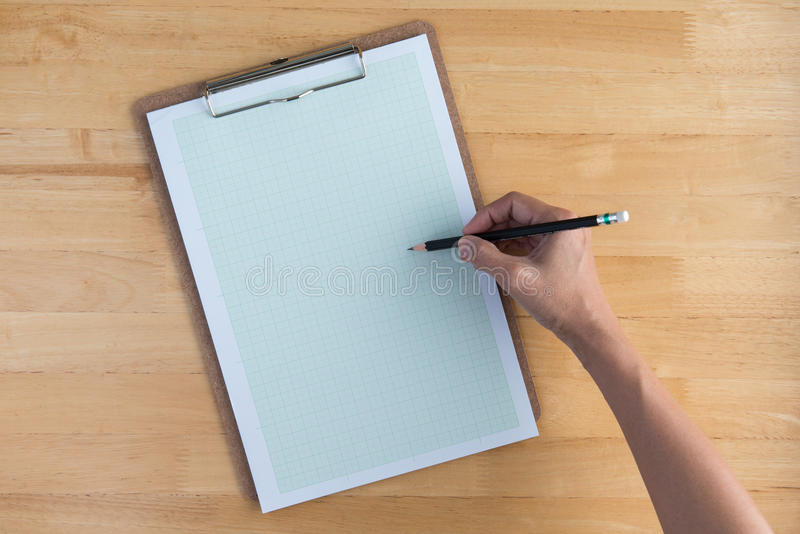 Drenaje en el papel de gráfico con un lápiz fotografía de archivo libre de regalías