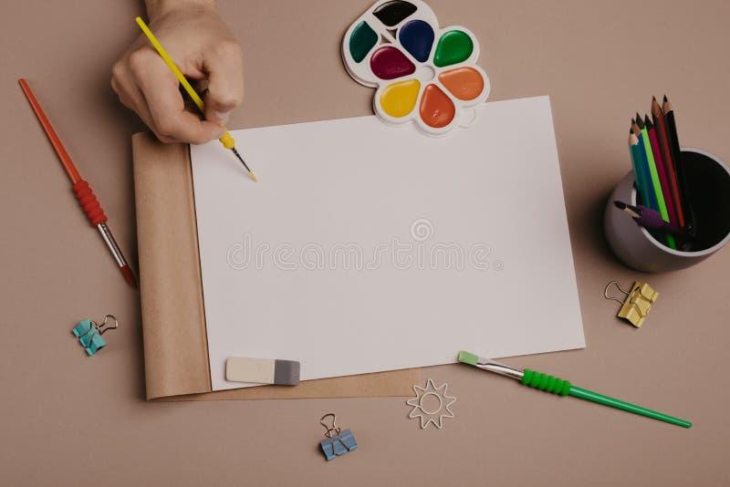 Drenaje en sketchbook Opinión superior del espacio de trabajo creativo del artista Backgrou fotografía de archivo libre de regalías