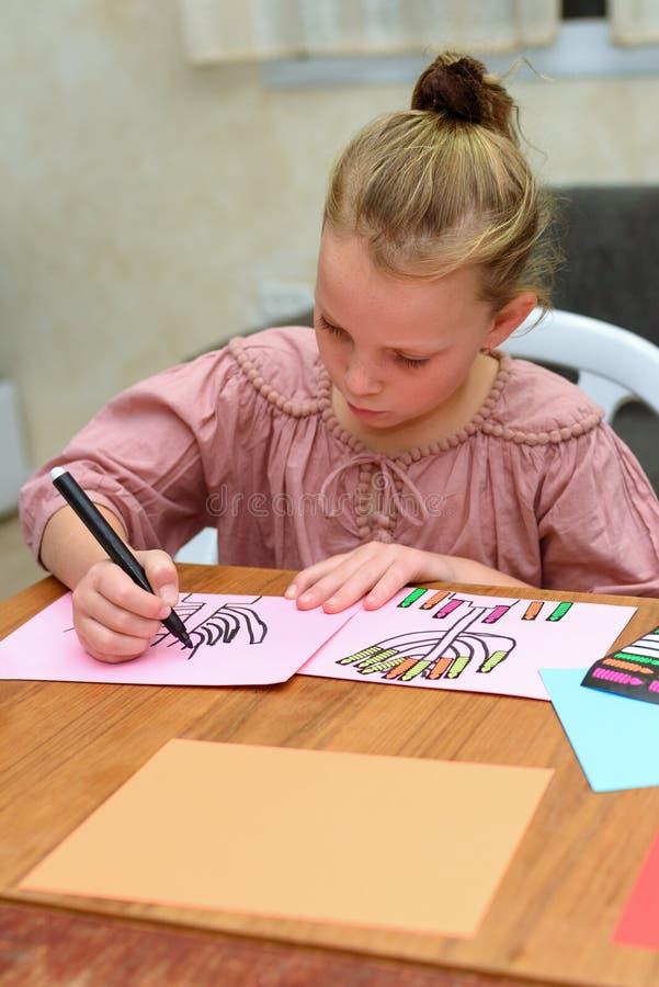 Drenaje y juego del niño con las etiquetas engomadas El jugar con las etiquetas engomadas puede ayudar al niño en áreas de desarr imagenes de archivo