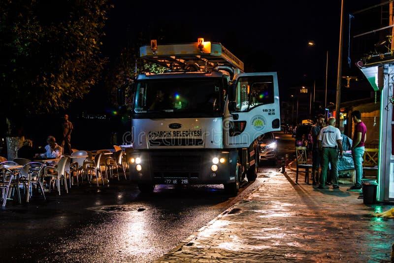 Drene o caminhão de bombeamento na cidade após a precipitação pesada - Turquia das férias de verão foto de stock