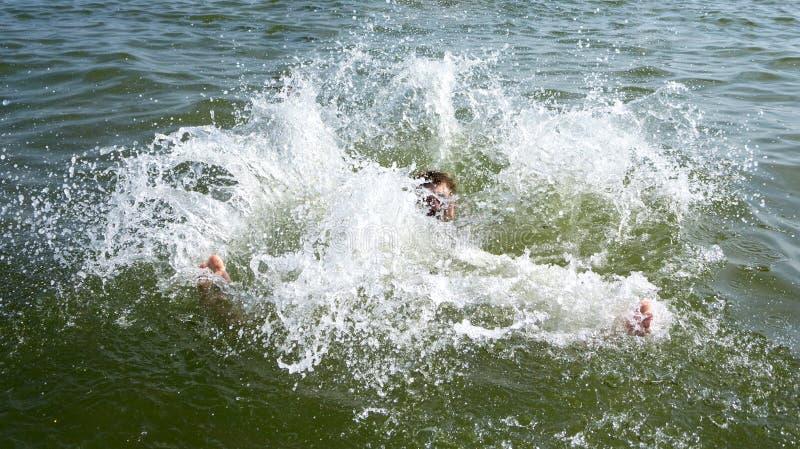 Drenkeling die uit de oceaan proberen te zwemmen royalty-vrije stock afbeelding