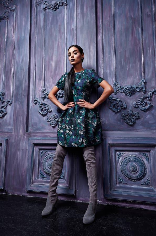 Dres vestindo da composição bonita da noite do cabelo escuro da jovem mulher fotografia de stock