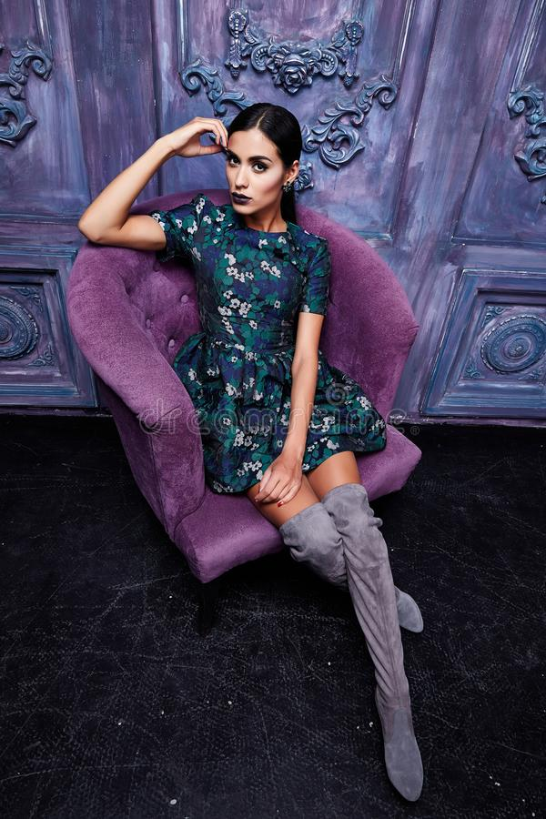 Dres vestindo da composição 'sexy' bonita da noite do cabelo escuro da jovem mulher imagens de stock royalty free