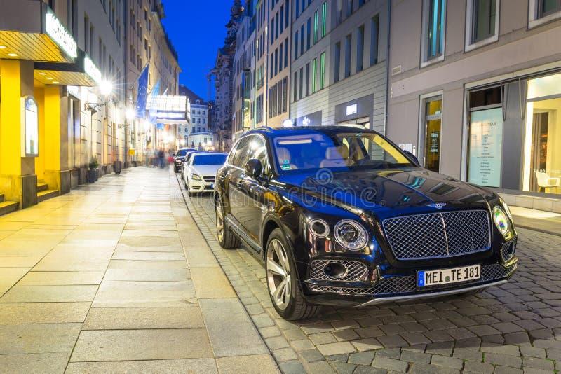 Dresda, Germania - 19 aprile 2019: Nuovo Bentley Bentayga parcheggiato sulla via di Dresda, Germania Bentley Bentayga è fotografia stock