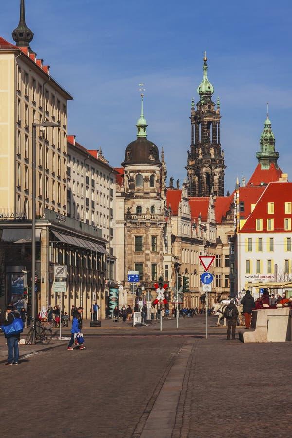 DRESDA, GERMANIA - febbraio 2014: La gente cammina nel centro di vecchia città immagini stock
