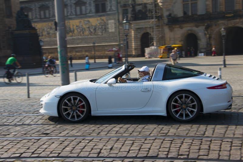 Dresda, Germania - luglio 2015: L'uomo anziano guida la sua Porsche immagini stock