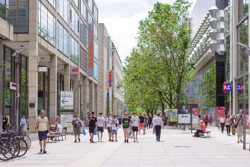 DRESDA, GERMANIA - MAGGIO 2017: un vicolo pedonale nel centro di Dresda Architettura moderna, turisti e centri commerciali immagine stock libera da diritti