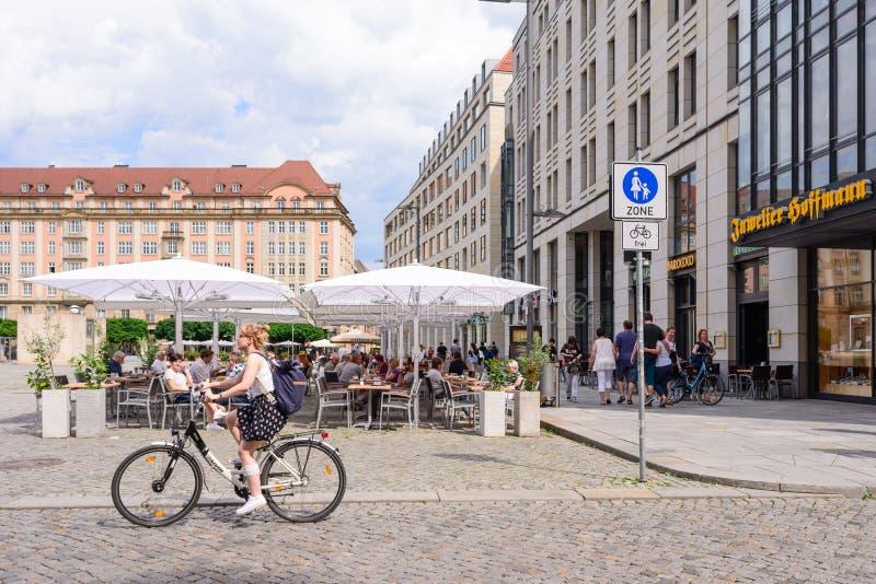 DRESDA, GERMANIA - MAGGIO 2017: un vicolo pedonale nel centro di Dresda Architettura moderna, turisti e centri commerciali fotografie stock libere da diritti