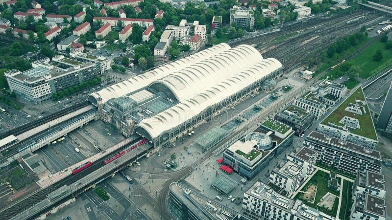 DRESDA, GERMANIA - 2 MAGGIO 2018 Vista aerea della stazione ferroviaria centrale della città o di Hauptbahnhof e del paesaggio ur fotografie stock