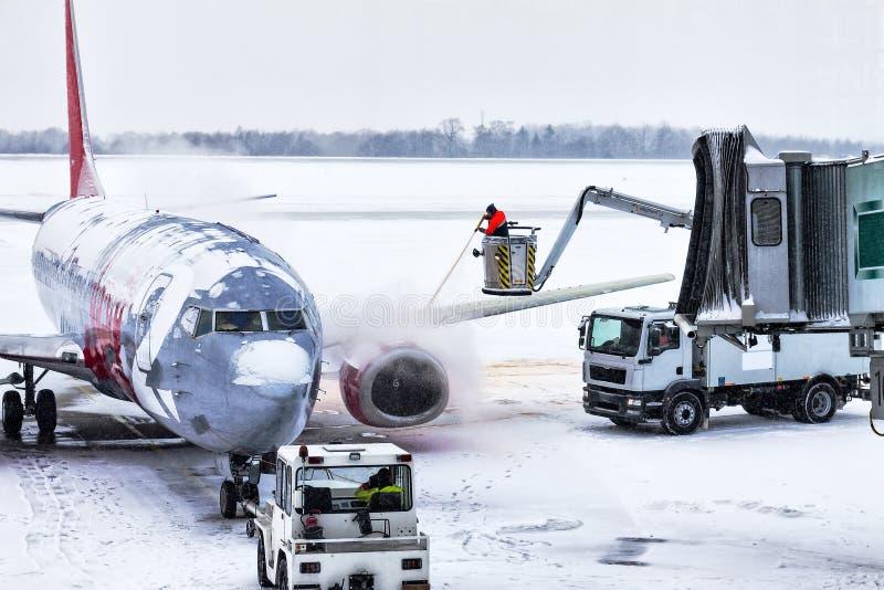 Dresda, Germania, 16 11 2010 Trattamento dell'antighiaccio degli aerei immagini stock libere da diritti