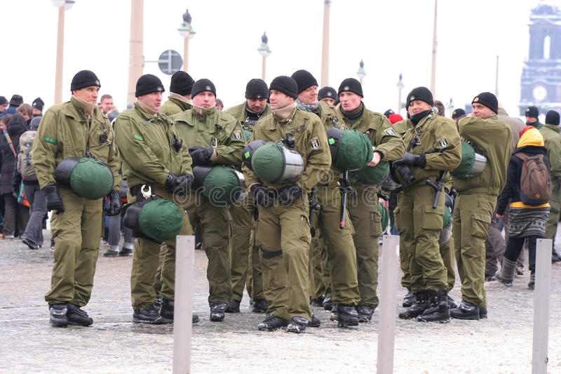 Dresde, 13 février - policiers allemands photographie stock