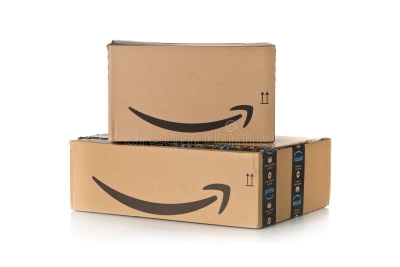DRESDE, ALLEMAGNE - 3 AVRIL 2019 : Pile de colis d'Amazon Premium au-dessus du fond blanc photographie stock