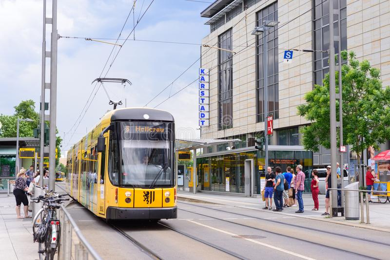DRESDE, ALLEMAGNE - MAI 2017 : Tram moderne à Dresde dans un beau jour d'été à Dresde, Allemagne photos stock