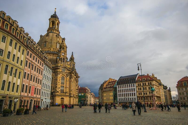Dresde baroque élégante Neumarkt carré avec l'église célèbre de Frauenkirche photographie stock libre de droits
