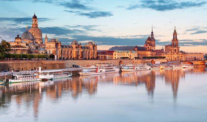dresden Германия, во время часа сумерек голубого с отражением города в Эльбе стоковая фотография rf