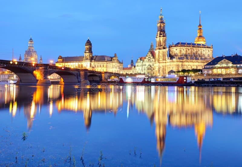 dresden Германия, во время twilight голубого часа с отражением стоковое фото rf