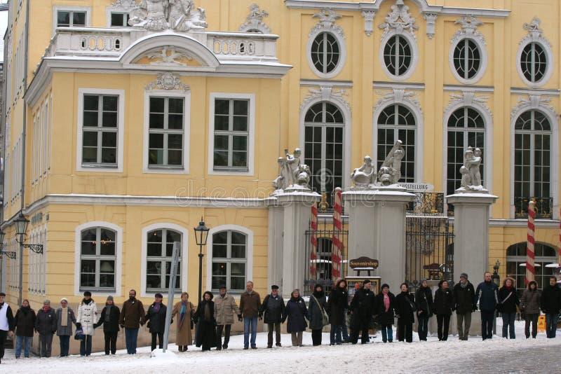 Dresden, 13 de febrero - el encadenamiento humano imagen de archivo libre de regalías