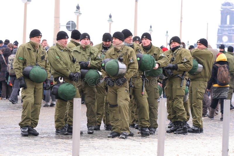 Dresden, 13. Februar - deutsche Polizeibeamten stockfotografie