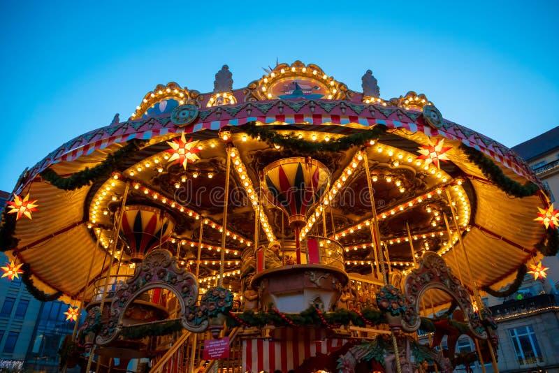Dresden, Alemania - 9 12 2018: Carrusel de la Navidad en la noche en el mercado Striezelmarkt en Dresden, Alemania imagen de archivo