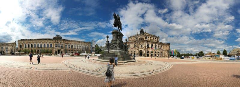 Dresden, Alemania - 4 de agosto de 2017: El teatro de la ópera es un punto culminante del conjunto arquitectónico del cuadrado de fotografía de archivo