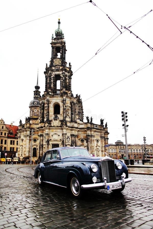 DRESDEN, ALEMANIA - 10 DE MAYO: Opinión de la calle de la iglesia católica de la corte real de Sajonia imagen de archivo