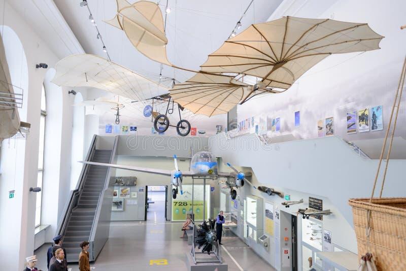 DRESDEN, ALEMANIA - MAYO DE 2017: máquina de vuelo antigua basada en el vector del planeador de Leonardo da Vinci Antique Light H foto de archivo