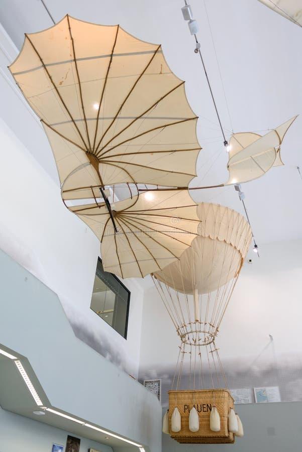 DRESDEN, ALEMANIA - MAYO DE 2017: máquina de vuelo antigua basada en el vector del planeador de Leonardo da Vinci Antique Light H fotografía de archivo