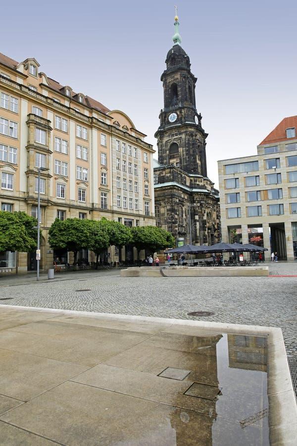 Dresden: Altmarkt e a torre de Kreuzkirche foto de stock