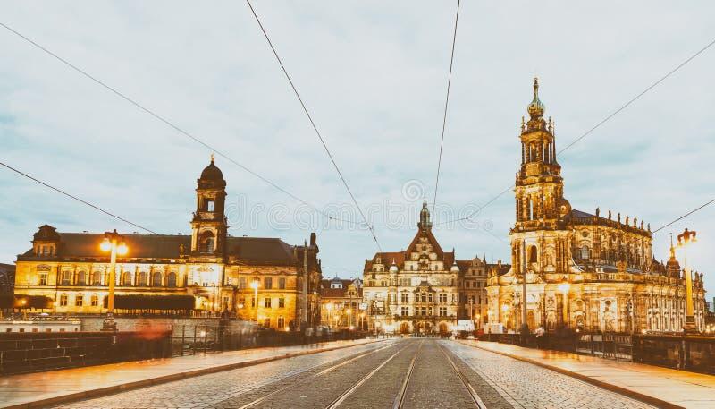 Dresden Augustusbrucke y Neustadt después de la puesta del sol foto de archivo libre de regalías
