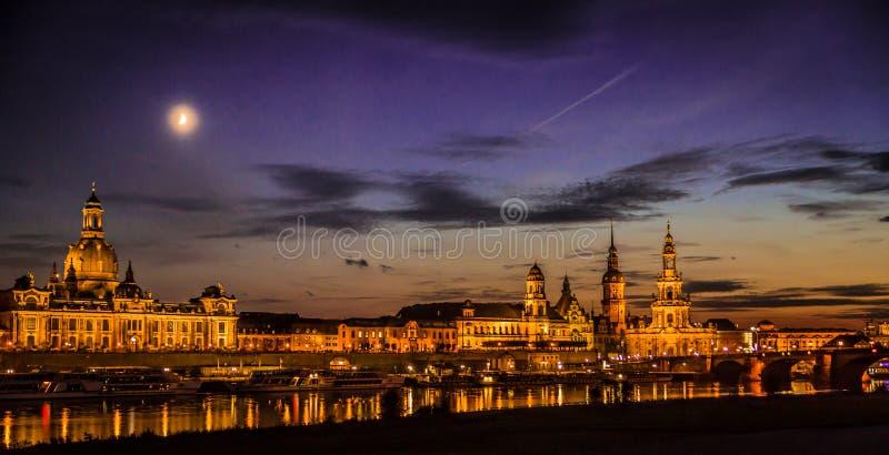 Dresden in de avond stock afbeelding