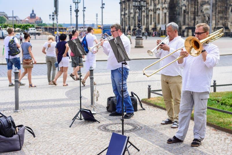 DRESDEN, DUITSLAND - MEI 2017: een groep straatmusici die jazz in het centrum van Dresden spelen stock afbeeldingen