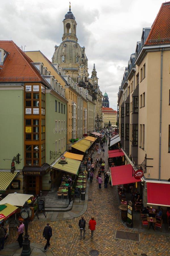 DRESDEN, DUITSLAND - SEPTEMBER 21, 2013: Voetgangers in de Munzgasse-steeg De historische keisteeg is gevoerd met velen van stock afbeelding