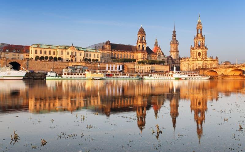 Dresden, Duitsland skyline met Elbe River royalty-vrije stock afbeeldingen
