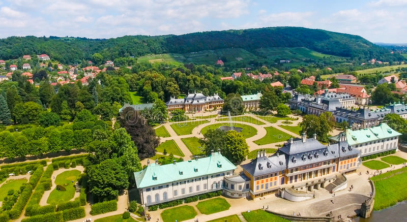 DRESDEN - JULI 2016: Härlig flyg- horisont av den Pillnitz slotten arkivbilder