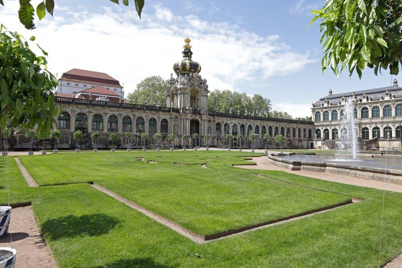Dresden: Kronentor, Zwinger com constru??es barrocos e fonte imagens de stock
