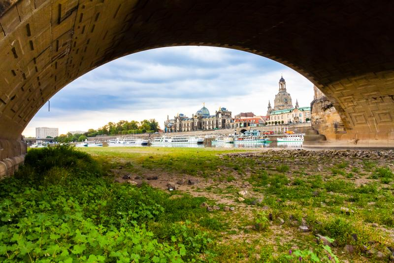 Dresden met minder waterspiegel stock afbeeldingen