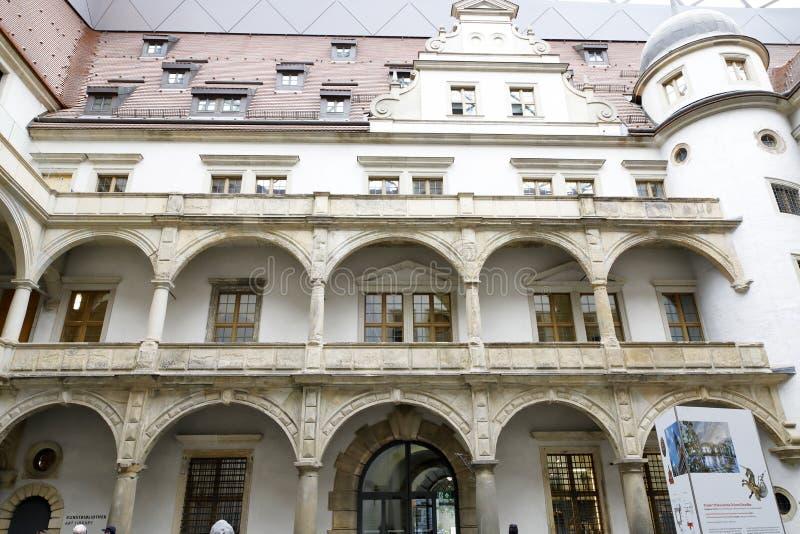 Dresden: Residenzschloss, Arcades in het binnenhof stock afbeeldingen