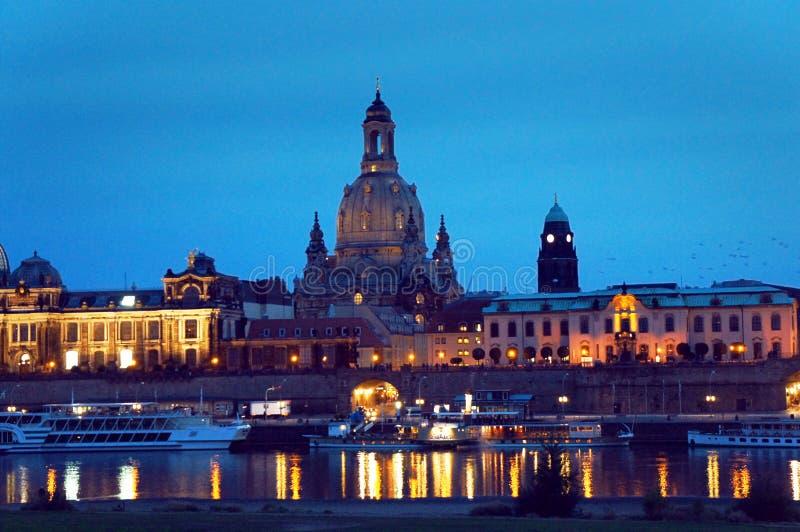 Dresden sikt från Elbe River vid natt royaltyfri bild